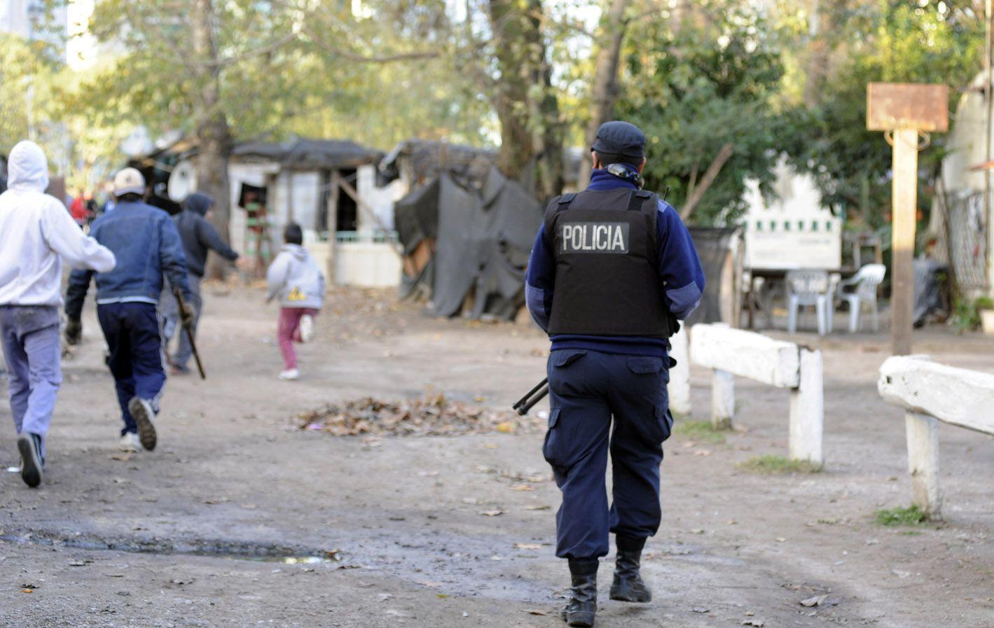 A las corridas. Tras el arresto de Prefectura llegó la policía provincial y se metió con todo en el asentamiento.