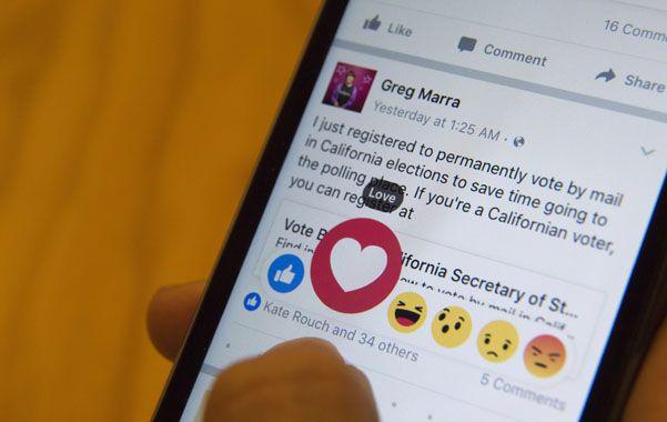 """smartphone. El agregado de los otros emoticones se produce cuando el """"me gusta"""" cumple siete años."""
