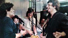 Diego Maradona al micrófono jugando a ser cantante junto a Juanse, de los Ratones Paranoicos, ante la carcajada de Andrés Ciro, en tiempo de Los Piojos.