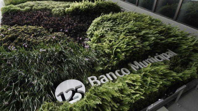 El jardín vertical de la casa central de peatonal San Martín luce el logo conmemorativo.