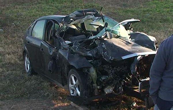 Destrozado. El Ford Focus negro impactó con la parte trasera de un camión.