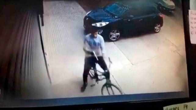 Le pegaron un tiro a plena luz del día para robarle una mochila