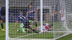 Traoré, en el piso, observa la pelota dentro del arco italiano, en el que fue su gol (2º de Ajax).