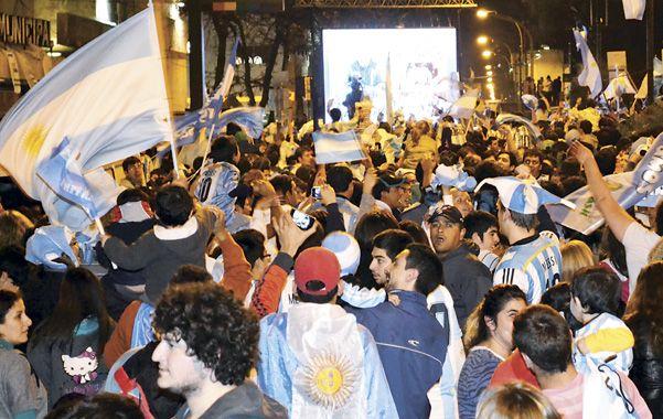 Unas 3 mil personas. El público copó el área de 25 de Mayo y Belgrano donde se instaló una pantalla gigante. (foto: Santiago Córdoba)