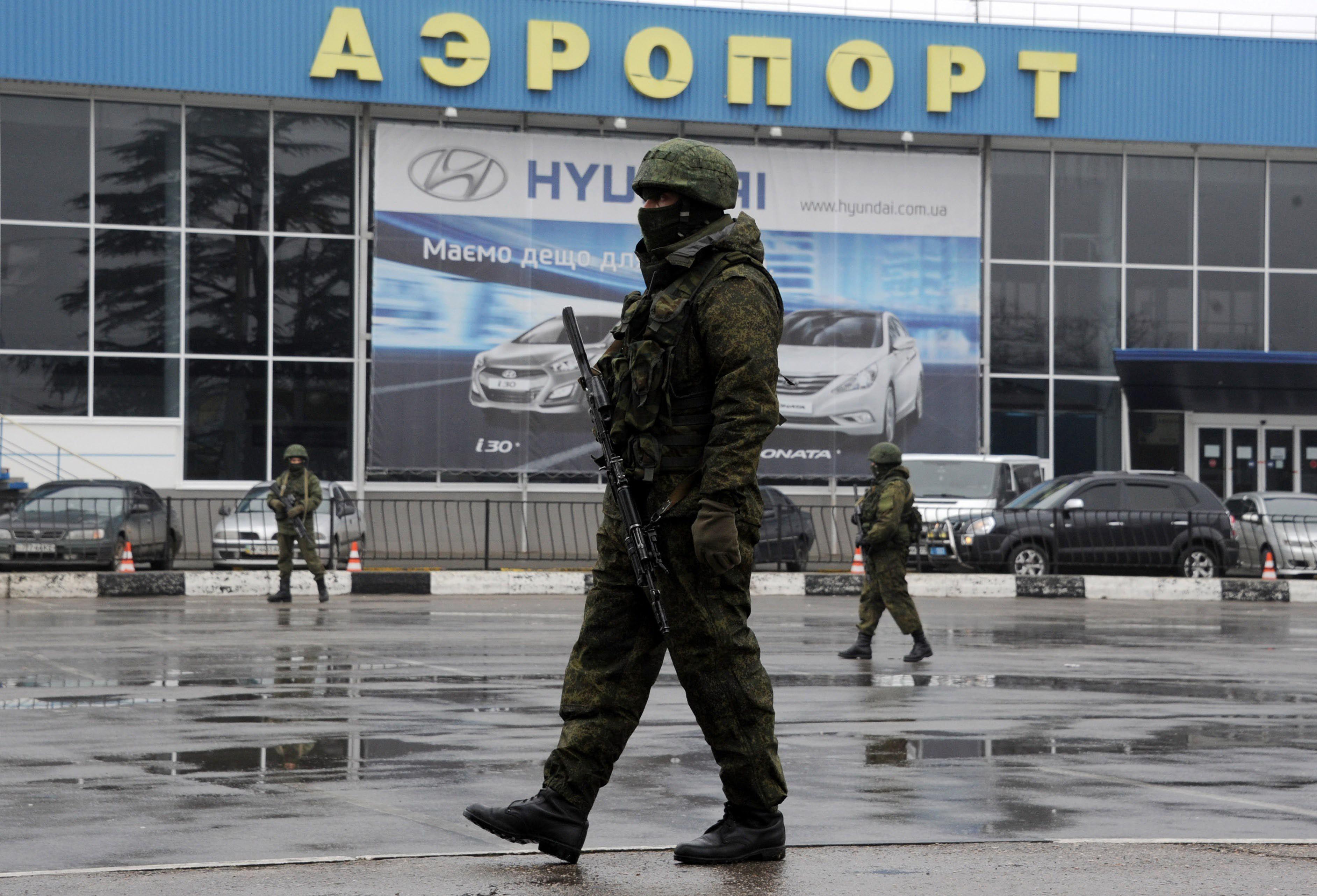 Tensión. Un grupo de soldados ocupa la pista de aterrizaje del aeropuerto civil de Sinferopol