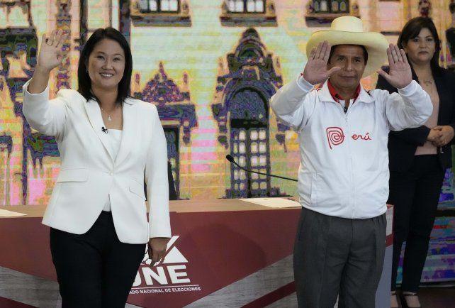 Keiko Fujimori y Pedro Castillo durante uno de sus debates electorales. Representan modelos socioeconómicos opuestos.