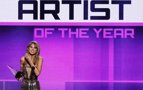 Emocionada. Taylor Swift fue elegida artista del año por tercera ocasión.
