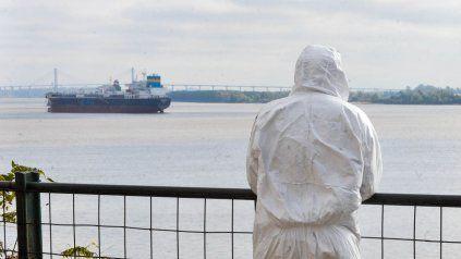 Personal de salud, con su traje de seguridad, se toma un respiro en medio del exigente trabajo diario por la pandemia.