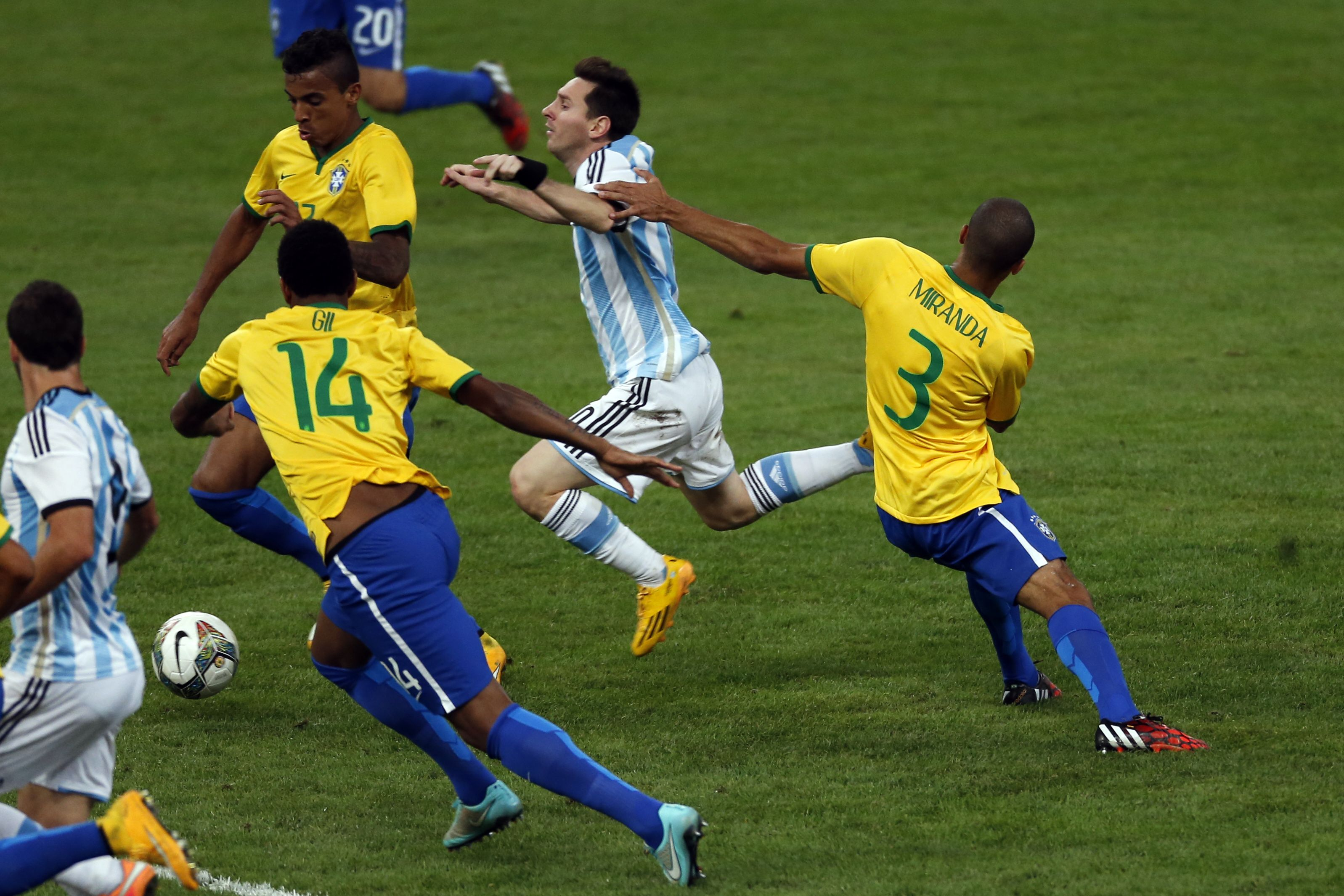 Messi es perseguido por tres jugadores brasileños. Miranda comete la falta. (Foto: Reuters)