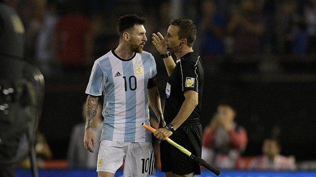 Messi no pudo contener su ira e insultó al juez de línea en el partido que Argentina le ganó a Chile.