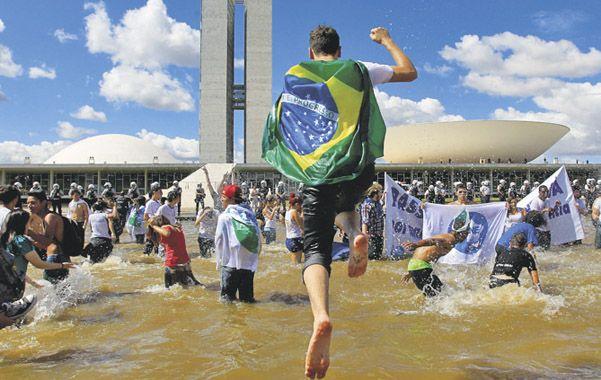 Al agua. Estudiantes protestaron en el corazón de Brasilia.