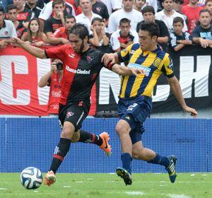 Villalba y Nery Domínguez en el último clásico. El volante de Newells no estará por que fue expulsado ayer.