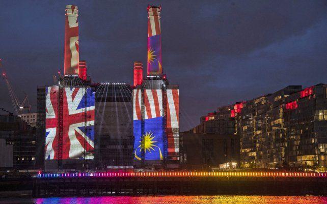 Las banderas nacionales se proyectan en la central eléctrica de Battersea