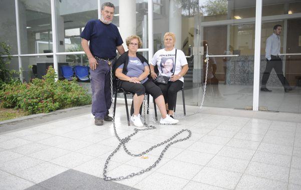 Protesta. El martes Alberto Perassi y su esposa se encadenaron ante Tribunales.