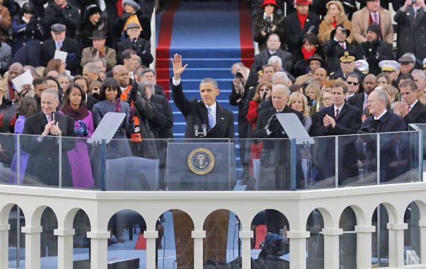 Para la historia. Obama saluda junto al vice Joe Biden desde el Capitolio. A la izquierda
