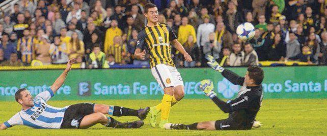 Golazo. Lovera la pica y marca el cuarto gol contra Racing