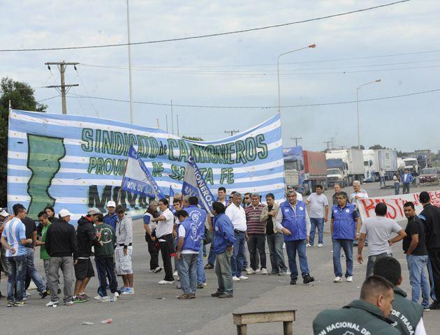 Manifestantes interrumpen el tránsito en los accesos a la circunvalación. (Foto: S. MECCIA)