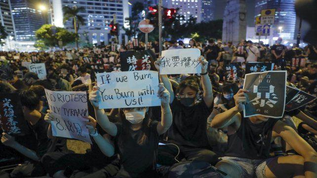Firmes. Los jóvenes de Hong Kong salieron anoche de nuevo a protestar.