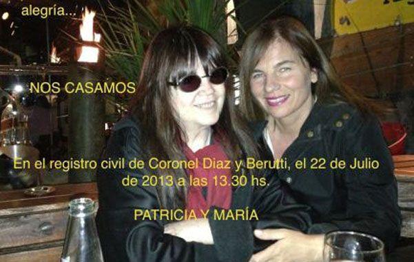 Feliz. Marilina y Patricia en la tarjeta de participación del enlace.