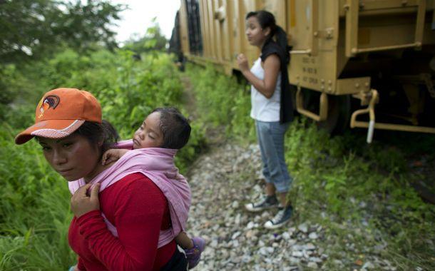"""Desamparo. Menores solos esperan el tren """"La Bestia"""" para alcanzar EEUU."""