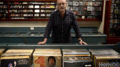Alberto Puchi Arce, dueño desde hace 43 años de la disquería Utopía Records, un tipo de 74 años, divulgador y vendedor de música, que será reconocido por el Concejo. Tuvo entre otros clientes a Andrés Calamaro y al baterista de Chic Corea