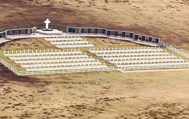 Símbolo. El cementerio de los soldados argentinos tiene 237 tumbas. Sólo se escucha el viento y el repiqueteo de los rosarios.
