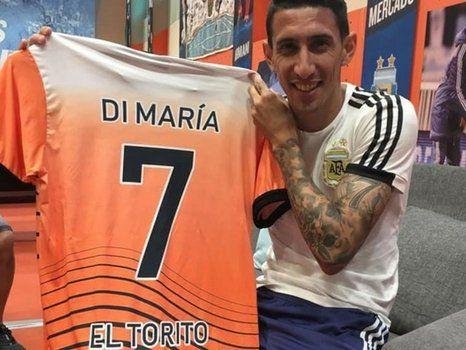 Feliz. Angel Di María muestra la casaca que le hizo llegar el club por su paso en la entidad de zona norte. Fideo jugó en el baby.