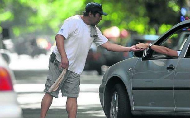 Una postal. La entrega de dinero a cambio del cuidado del vehículo.