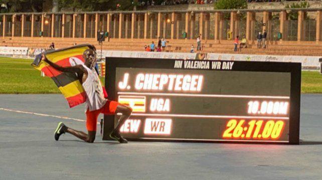 Cheptegei estableció un nuevo récord mundial de 261100 / 100 y quebró la marca de Bekele de 2005.