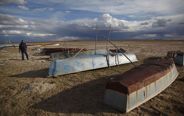 Penoso. Apenas unos botes sobre el yermo quedaron de un espejo de agua que nutría la pesca de unos 900 pescadores.