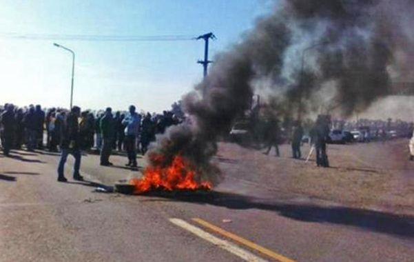 Por más seguridad. Unos cien vecinos de Coronel Domínguez cortaron la ruta 18 y quemaron cubiertas.