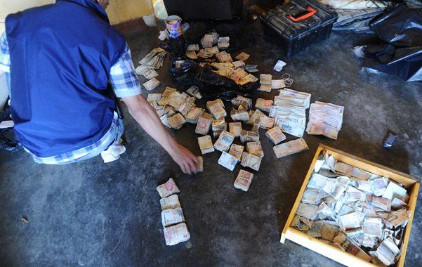 Conteo. Un empleado policial cuenta los billetes en la chacra