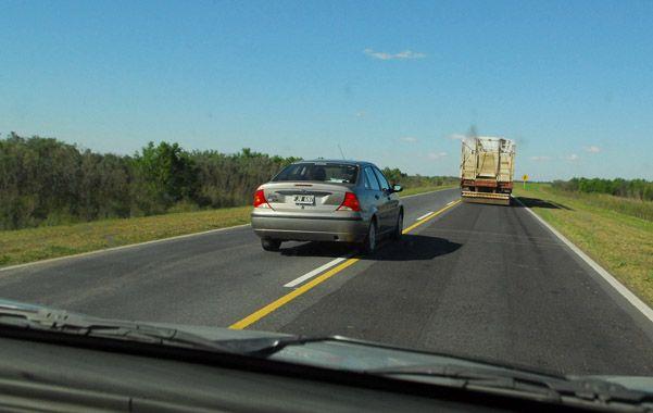 Pedido. La ruta a Victoria ante el tránsito de camiones y muchos vehículos requiere al menos banquinas.