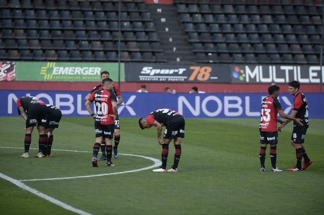 Los jugadores son la imagen de la frustración tras la derrota contra Atlético Tucumán por 2 a 1 en el Coloso.