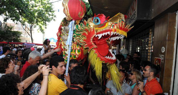 Una gran fiesta popular de la comunidad china para recibir el Año del Conejo