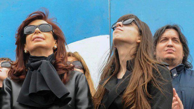 En la mira. Cristina Kirchner y sus hijos Florencia y Máximo están acusados de reciclar fondos ilícitos.