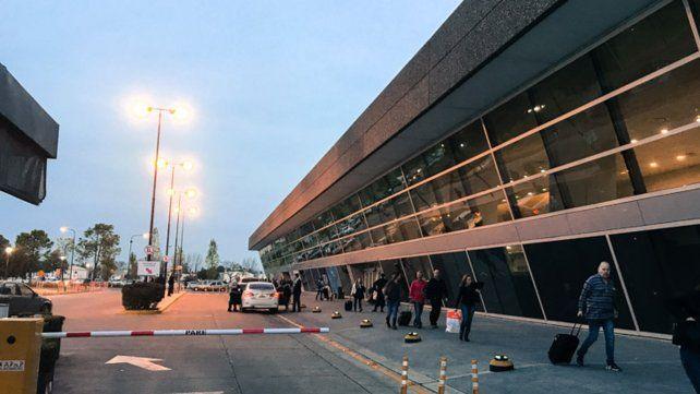 Remiseros se movilizan al aeropuerto para protestar por los remises truchos