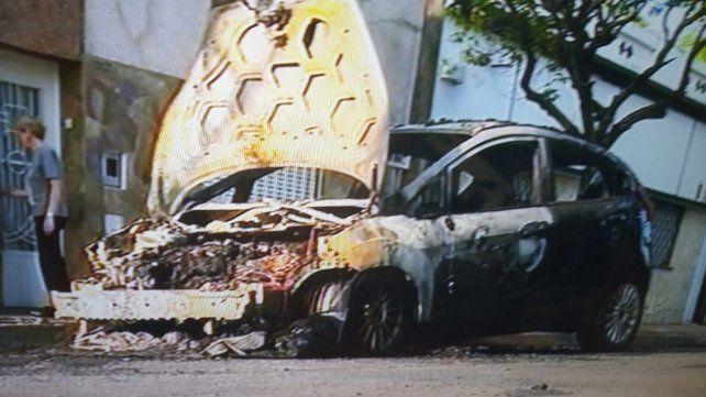 Una mujer denunció que su expareja le incendió el auto
