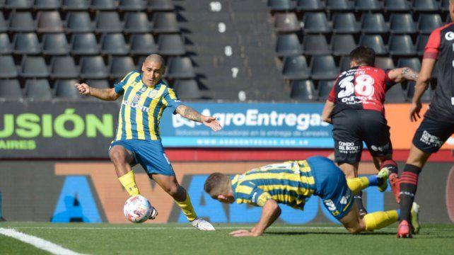 Diego Zabala conecta de derecha y Alan Aguerre salvará a Newells con una gran atajada.