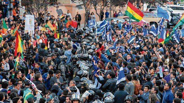 Tribunal. Una línea policial separa a los partidarios de Mesa y de Morales.