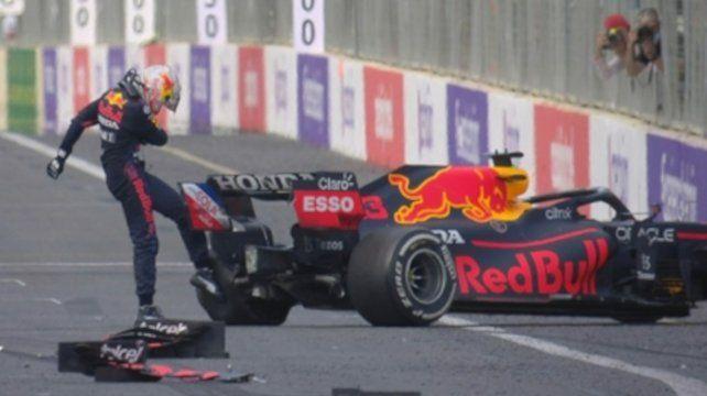 Con ganas. El líder patea la goma que le arruinó la carrera. Zafó por error de Hamilton.