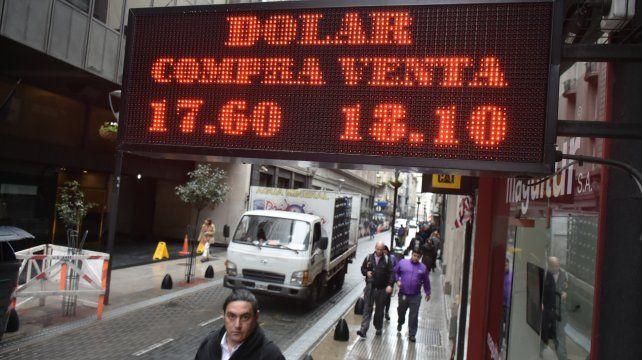 El dólar cerró a 18 pesos para la venta pese a la intervención del Banco Central