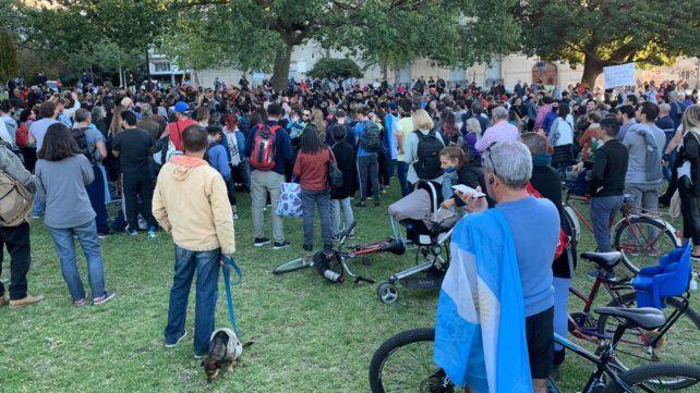 Un grupo de anticuarentena se reunió esta tarde en el monumento para protestar en contra de las restricciones dispuestas por el gobierno ante el avance de casos de coronavirus.