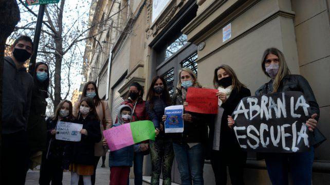 Los padres concurrieron junto a sus hijos a manifestarse en la puerta de los colegios.
