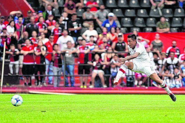 La apertura. Sarmiento ya pateó con la cara externa del pie derecho y la pelota viaja hacia el fondo del arco para el 1 a 0.