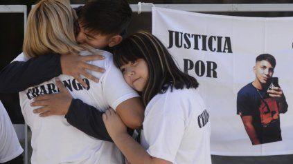 Familiares de Gonzalo Molina se concentraron en el Centro de Justicia Penal para reclamar avances en la causa que investiga el crimen del joven.