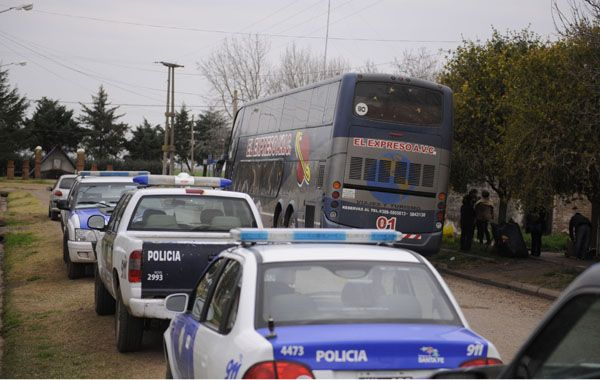 Los móviles policiales llegaron al lugar tras ser alertados por un pasajero que llamó al 911. (Foto: Matías Sarlo)