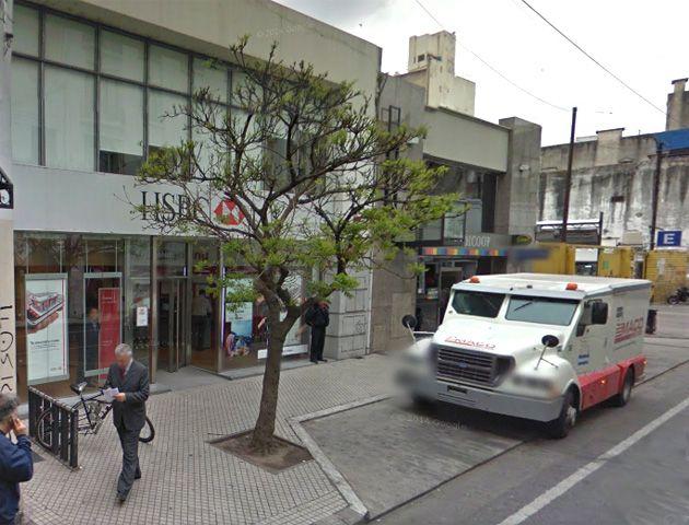 La mujer se encontraba ayer por la tarde en esa entidad para realizar un depósito. (Imagen Google Street View)