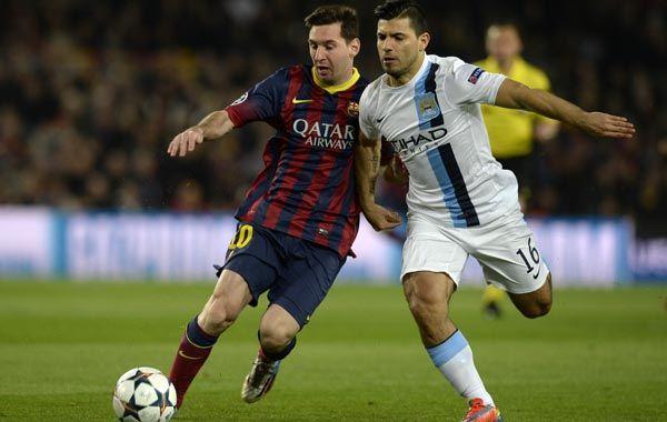 El Kun pelea cuerpo a cuerpo una pelota con Messi en el partido de ayer. (Foto: AFP)