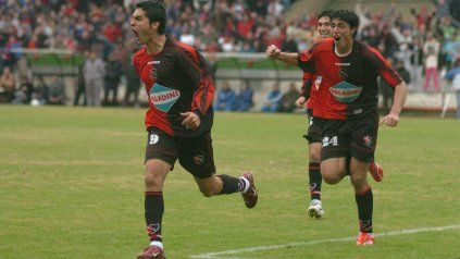 Salcedo festeja uno de sus dos goles, Cardozo (atrás) anotó el restante.